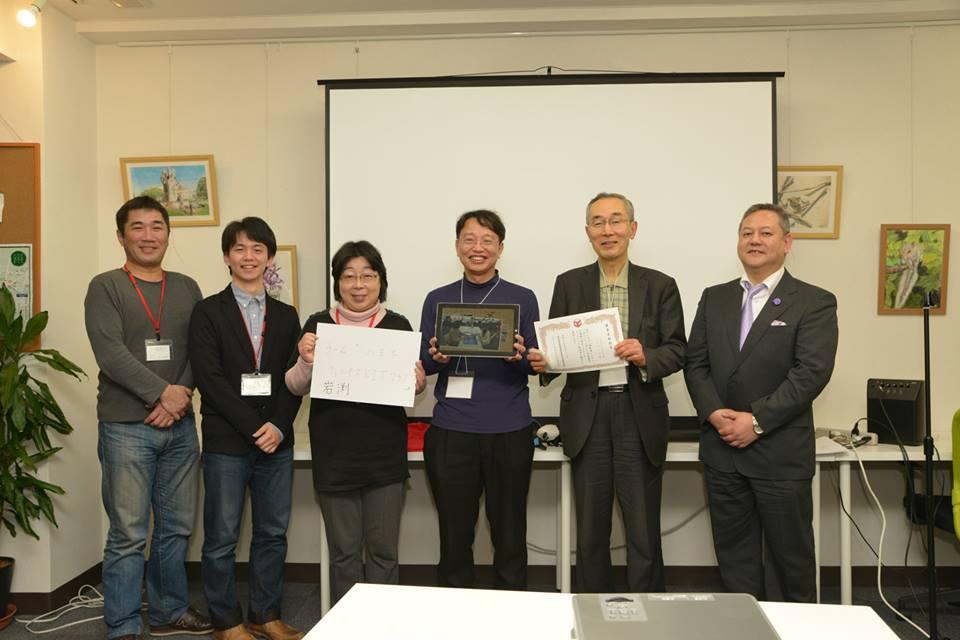 審査委員特別賞の岩渕さんチームと審査員長の松本先生